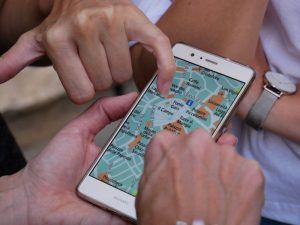 Bild von Smartphone mit geöffneter Landkarte