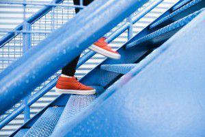 Jemand steigt eine Treppe hinauf