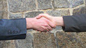 zwei Hände die sich schütteln