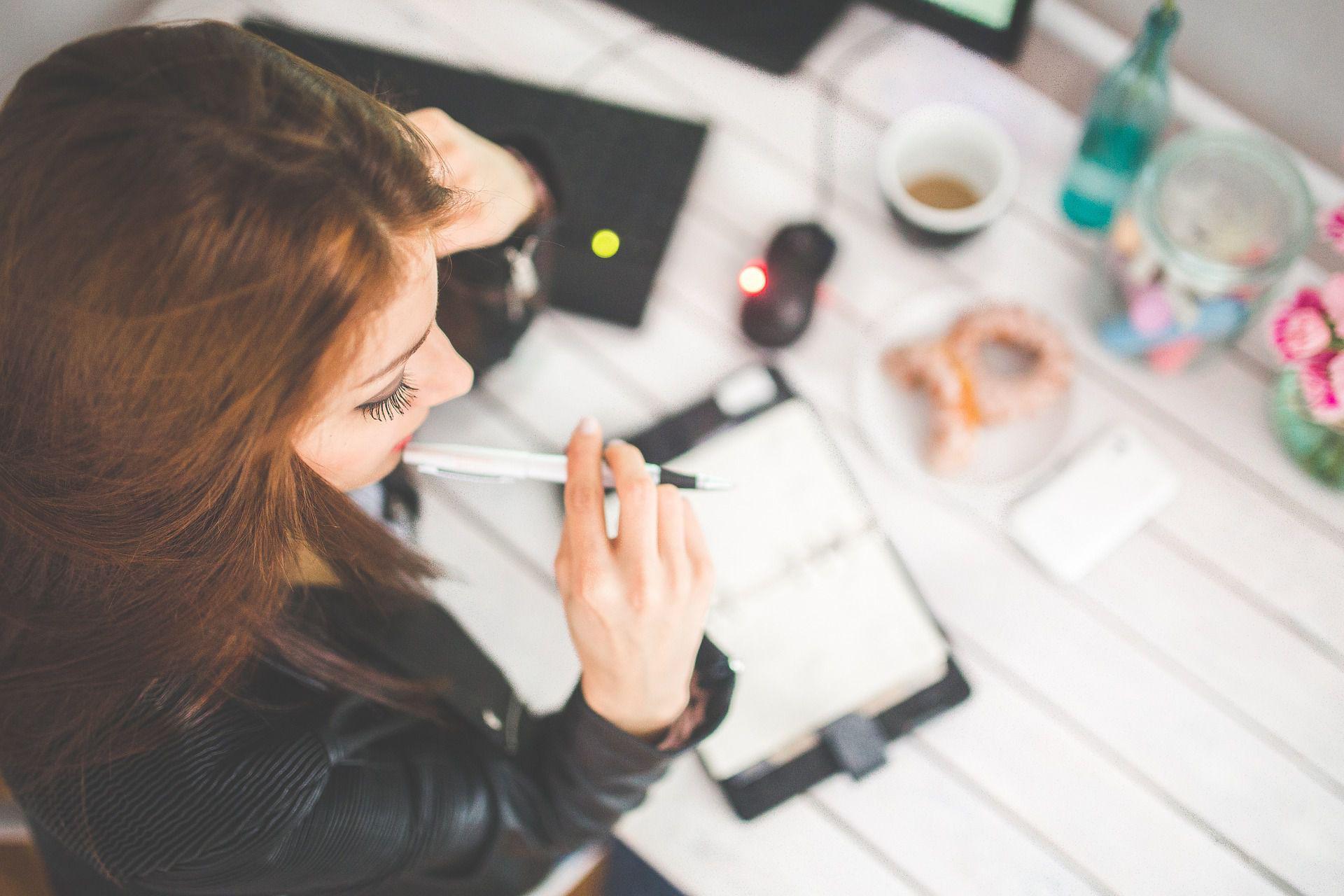 Bild von Bloggerin am Schreibtisch